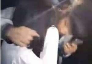 10名男生强吻女生 挨个上前搂住女孩脖子并亲吻面颊