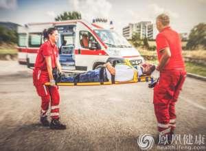 急救车担架谁来搬?北京立法明确急救车需配备担架员