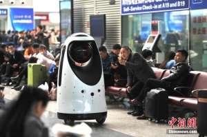警察机器人现身 可与旅客互动解答疑问提前发现火灾隐患