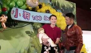 林丹儿子百日宴 与谢杏芳父母一起上台场面十分融洽