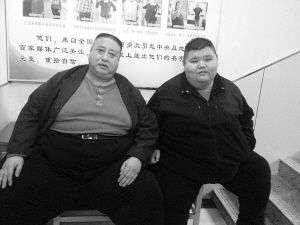 男子体重470斤躺下会窒息 10年间坐着睡觉(图)
