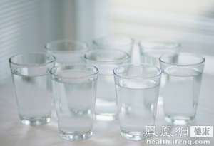 小伙为长寿不喝水 称想活到150岁还省得进厨房