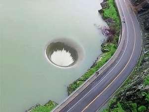 """美国加州伯耶萨湖现""""黑洞"""" 宛如巨型漏斗"""