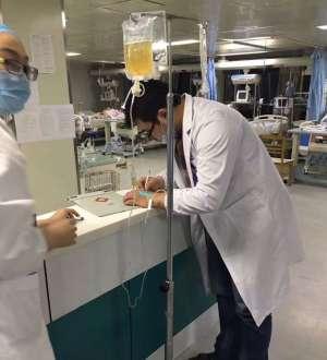 江苏一男医生微信朋友圈走红 边打点滴边给病人写医嘱